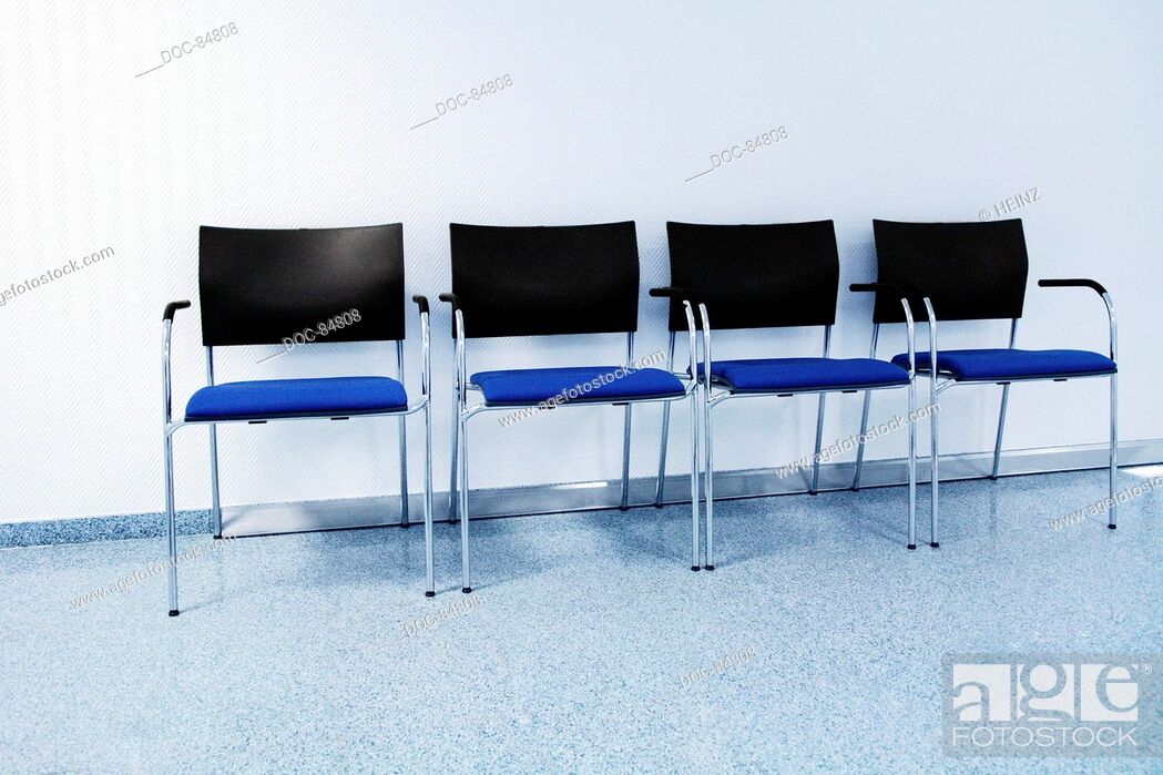 Imagen: empty chairs in a waiting room.
