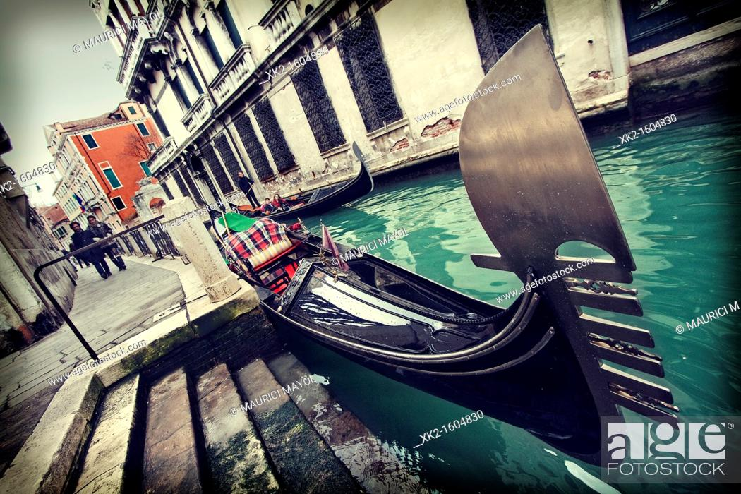 Photo de stock: Gondola motif in sestiere Santa Croce, Venezia, Italia.