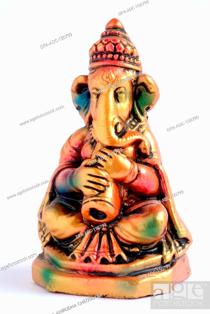 Imagen: Colourful statue of lord Ganesha elephant headed god playing tutari Trumpet, India.