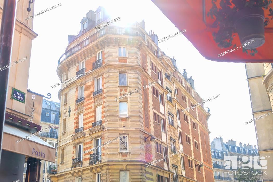 Imagen: France. Sunny summer morning on Paris Galande Street. An old high-rise building.