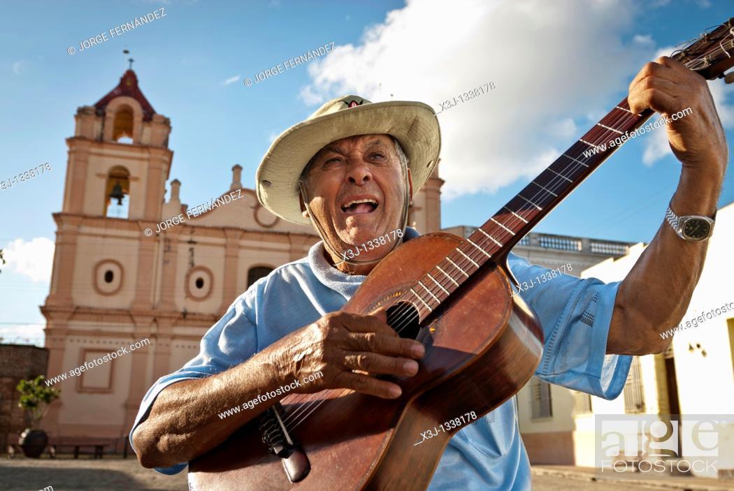 Imagen: Man with Spanish guitar singing in 'Plaza del Carmen' , Camaguey, Cuba, Caribbean.