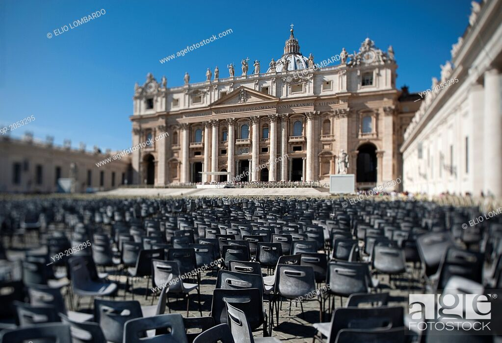 Stock Photo: Saint Peter's Square and Saint Peter's Basilica. Vatican City. Rome. Italy.