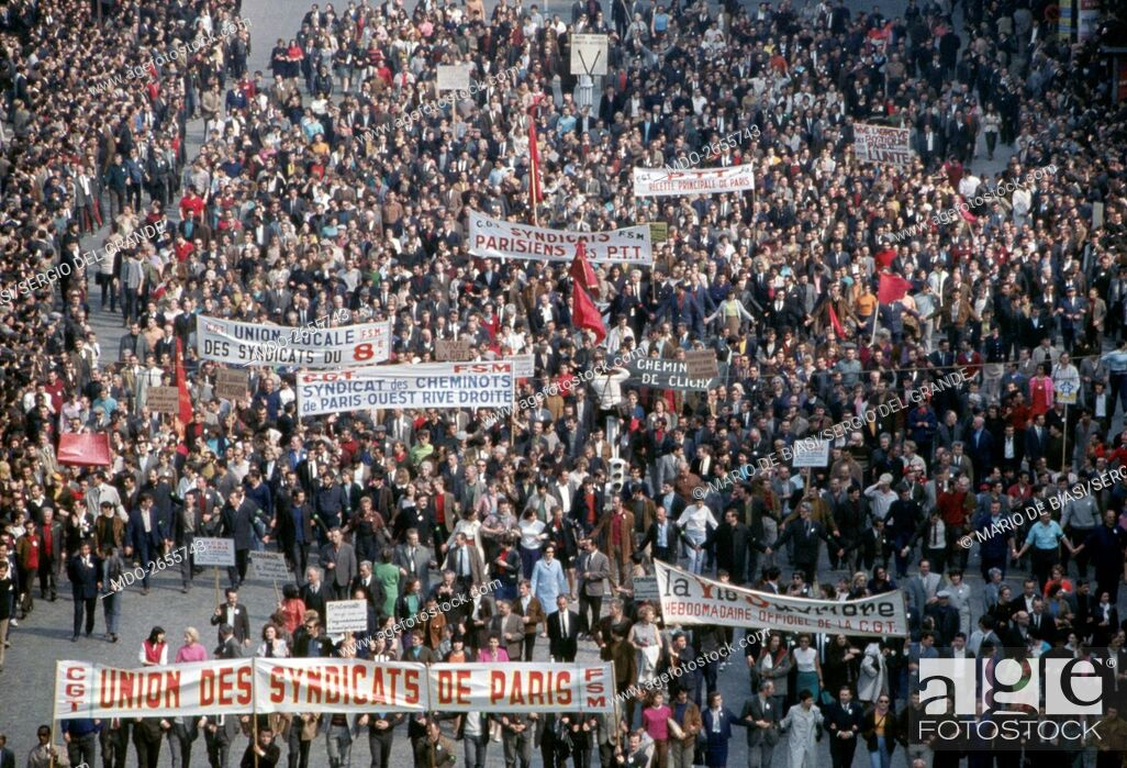 Imagen: A crowd of demonstrators attending a protest march against the government organized by the Communist unions. Paris (France), May 1968.