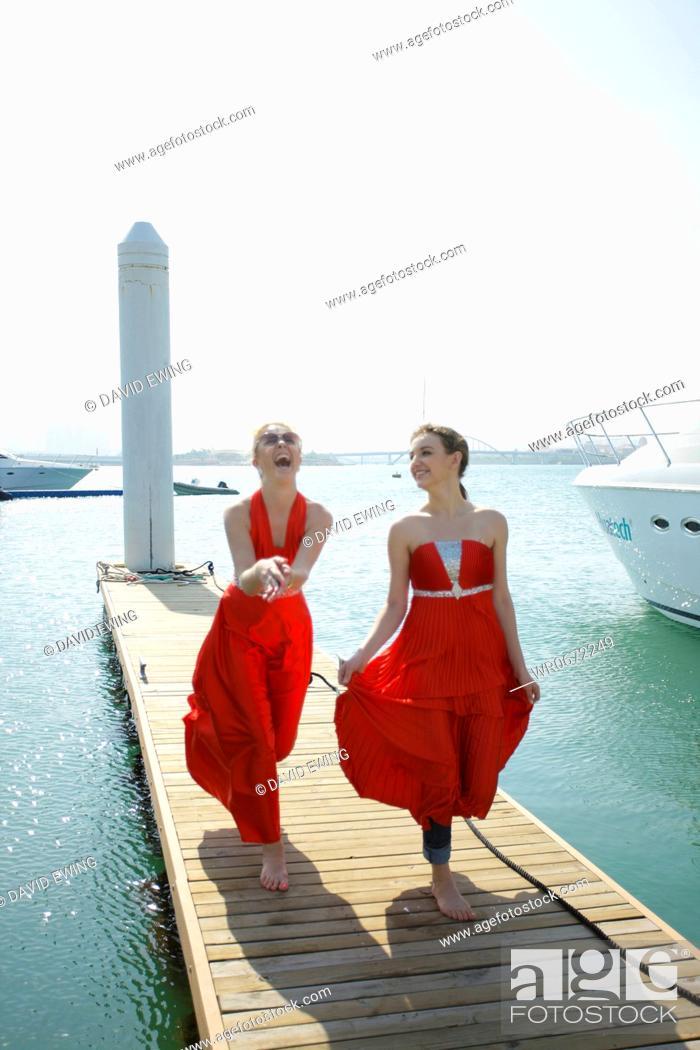 Imagen: women on landing bridge.