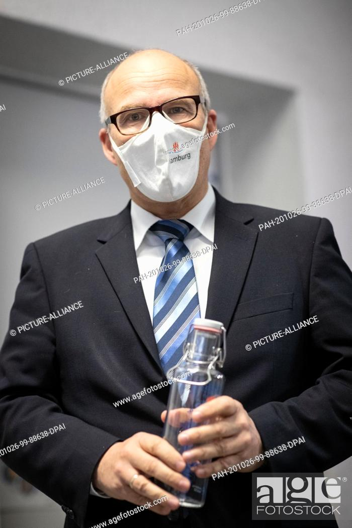 Stock Photo: 26 October 2020, Hamburg: Ties Rabe (SPD), Senator for Schools and Vocational Training in Hamburg, stands at a photo session with a mouth guard and a drinking.