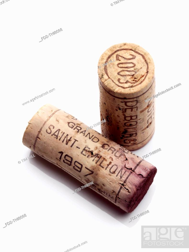 Imagen: French red wine corks on a white background.