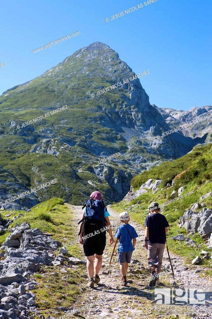 Imagen: Family hiking in the Ándara massif, mountain of La Pica de Mancondiu in background. Picos de Europa National Park, Cantabria, Spain.