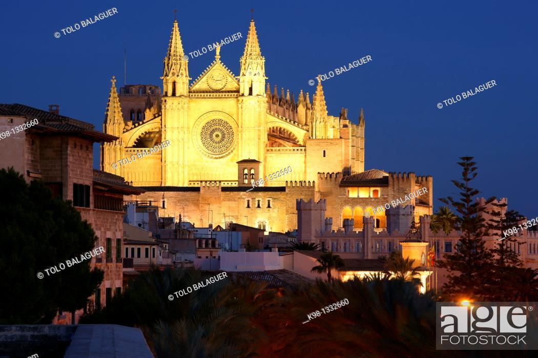 Stock Photo: Spain, Balearic islands, Majorca, Palma, Palma cathedral at night (La Seu) and La Almudaina Palace.