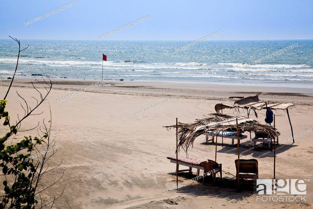 Imagen: Lounge chairs on the beach, Siolim, Bardez Taluka, Goa, India.