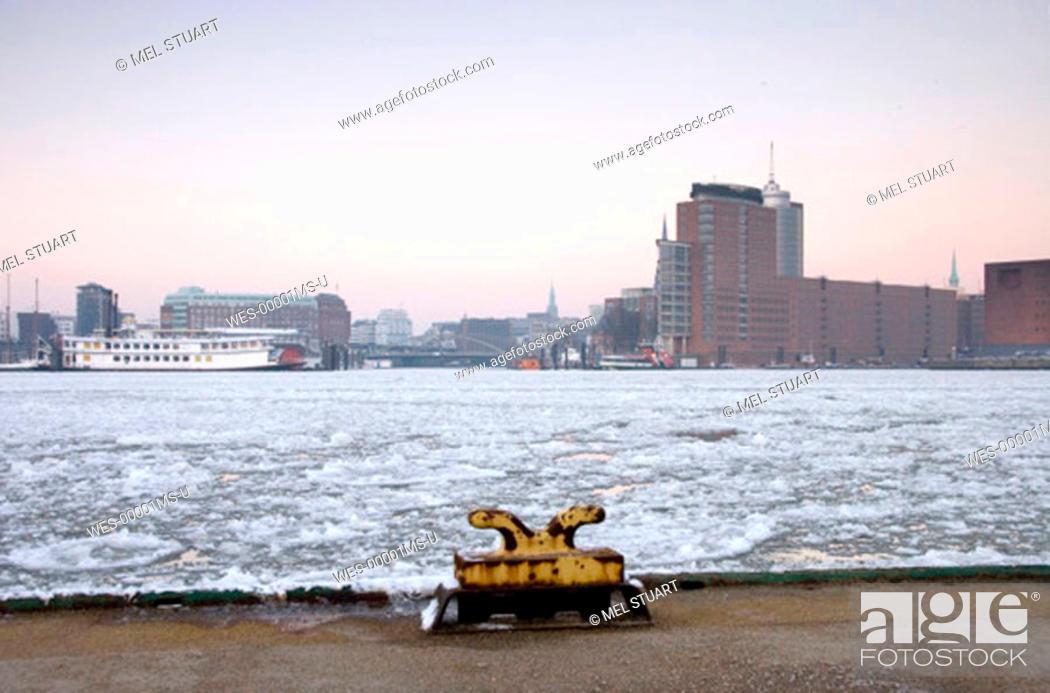 Stock Photo: Germany, Hamburg, Elbe river in winter.