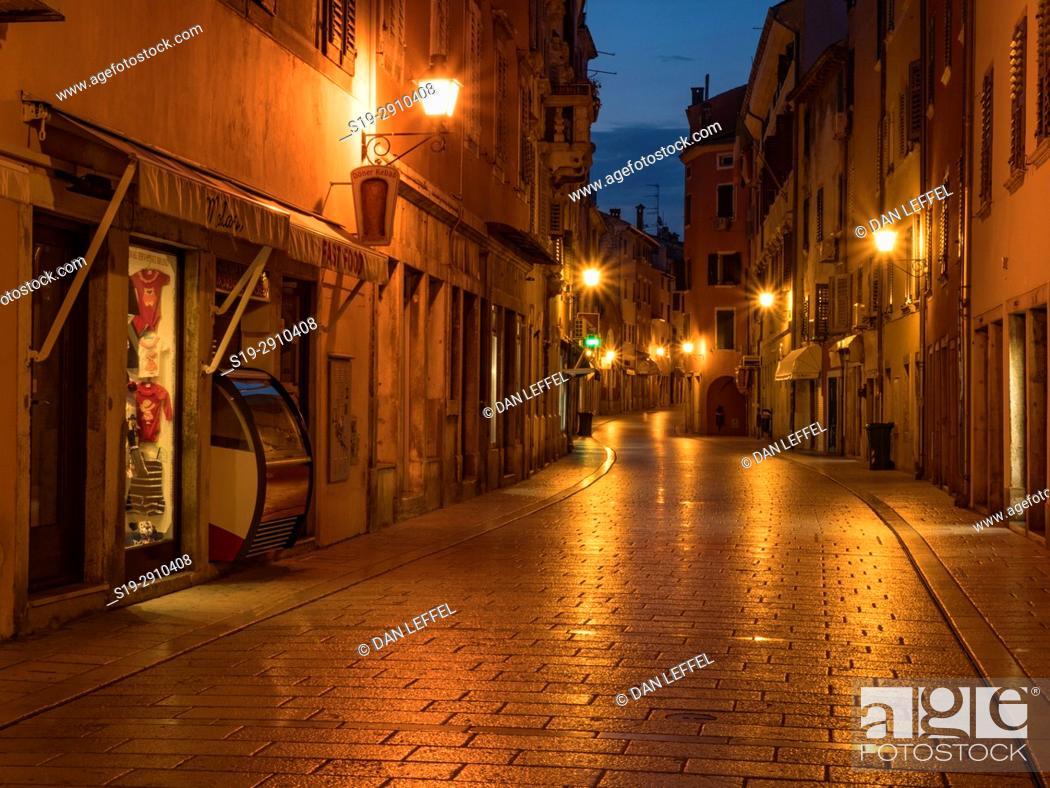 Imagen: Pre-dawn street scene, Rovinj, Croatia.
