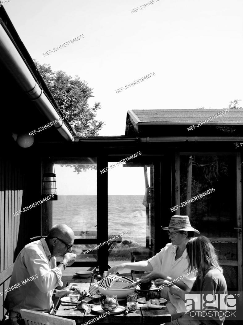 Imagen: Family having meal outdoor.