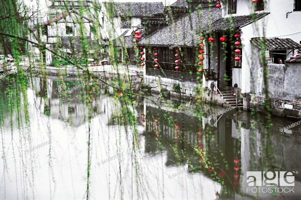 Imagen: Houses by lake, Jiaxing City, Zhejiang Province of People's Republic of China.