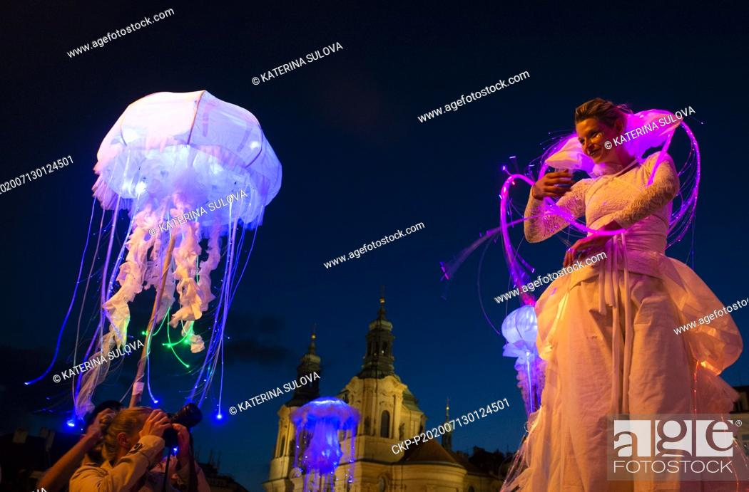 Imagen: Members of the V.O.S.A. Theatre ensemble show the Visitors performance as part of the 12th Prague Street Theatre Festival called Behind the Doors, on July 12.