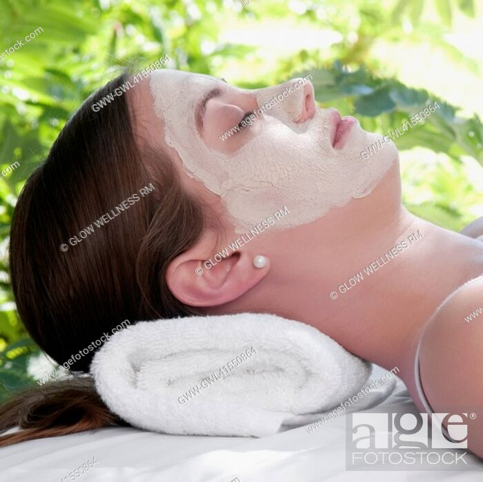 Imagen: Woman with facial mask lying on a massage table.
