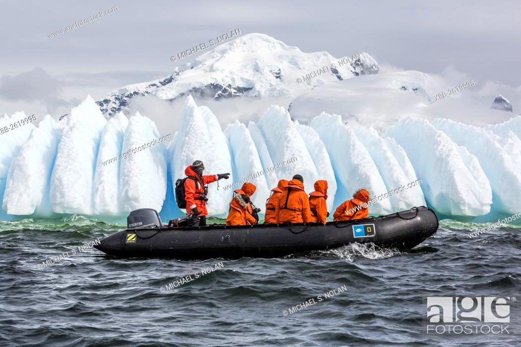 Imagen: Lindblad Expeditions guests enjoy a Zodiac tour amongst ice in Orne Harbor in Antarctica.