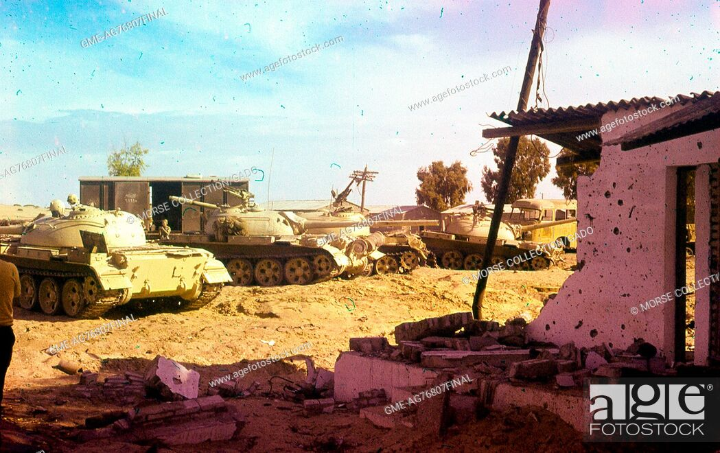 Imagen: View of Israeli military tanks and vehicles idling in the dirt outside of a destroyed building, in Gaza, Israel, November, 1967.