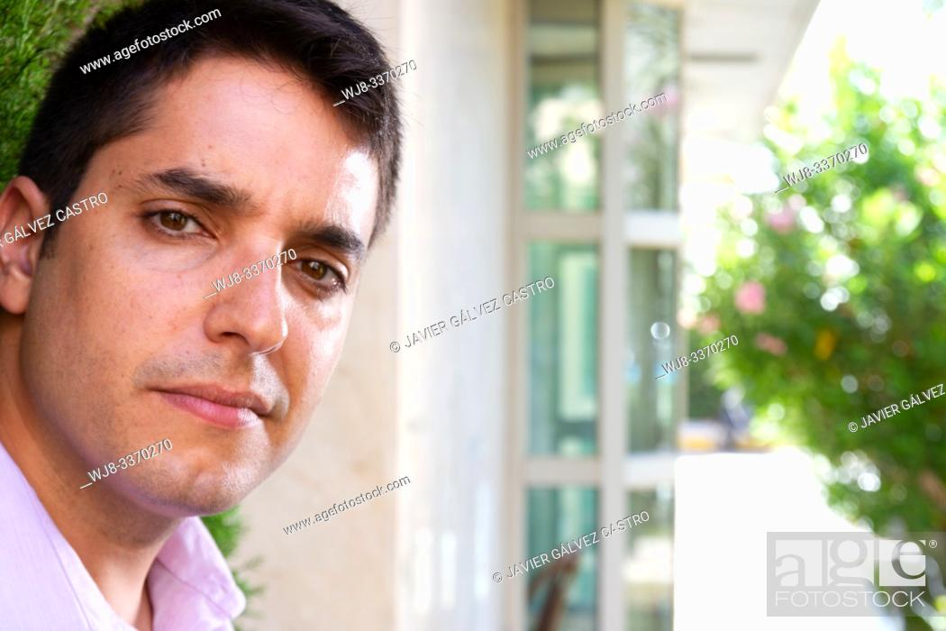 Stock Photo: Young man, looking directly at the camera, a professional waiting.