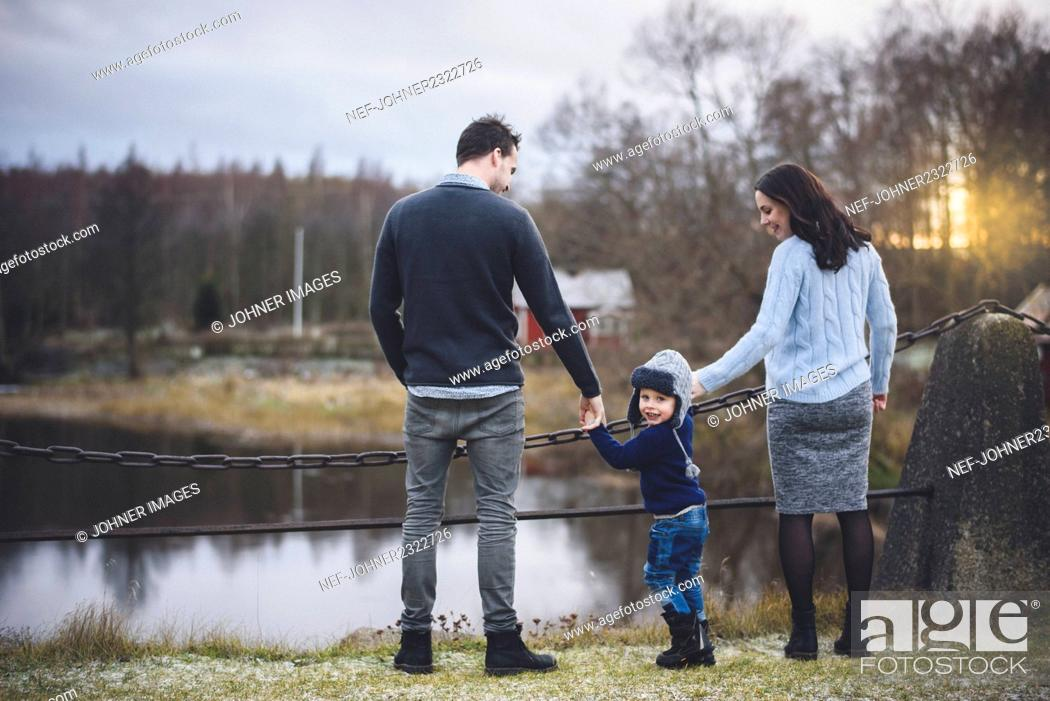 Imagen: Small boy with parents during walk.