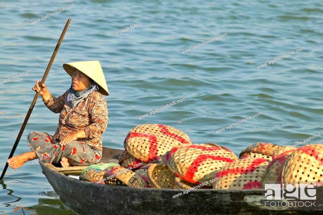 Imagen: Woman in boat near fish market in Hoi An, Vietnam.