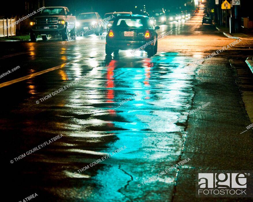 Imagen: Night Traffic on a Wet Street.
