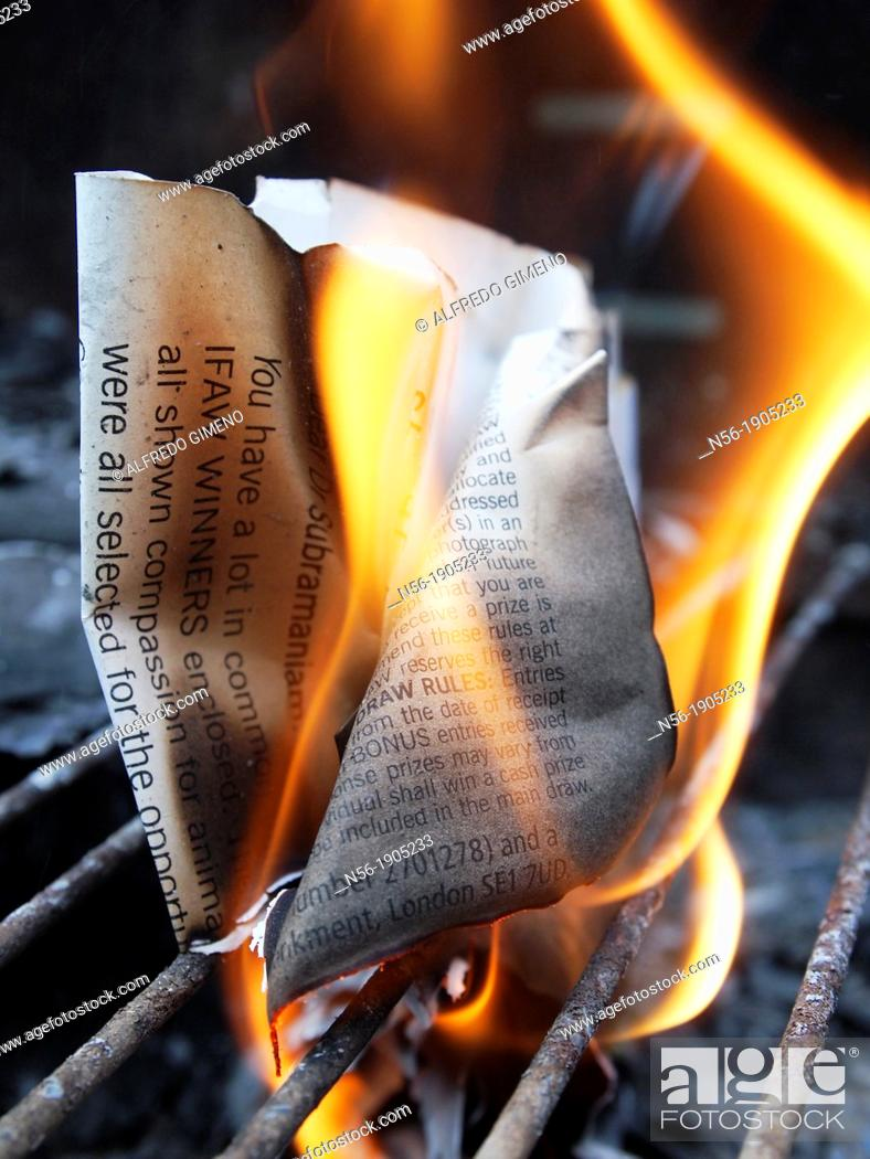 Imagen: Document on fire.
