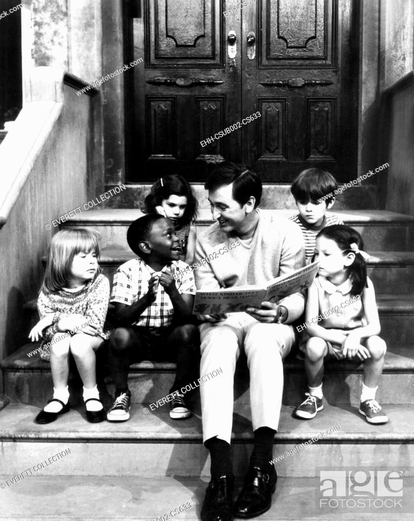 Photo de stock: Robert Emmet McGrath, as character Bob Johnson, reading to children on SESEME STREET, 1970. (CSU-2015-11-1678).