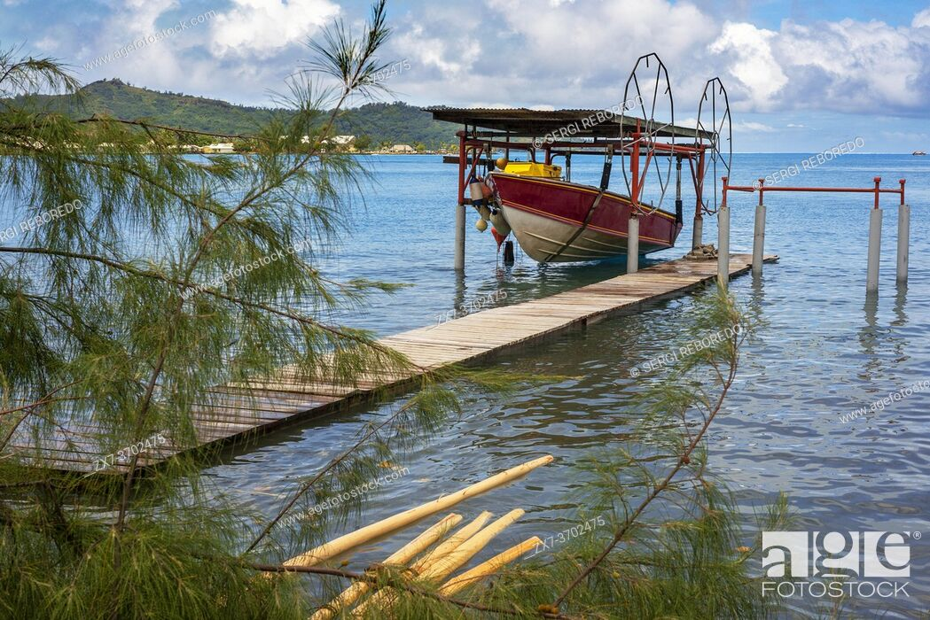 Imagen: Small boat anchored in the coast near Bora Bora Vaitape dock, Society Islands, French Polynesia, South Pacific.