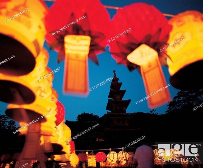 Imagen: ritual, lantern, rite, ceremony, lotus lantern festival, night, light.