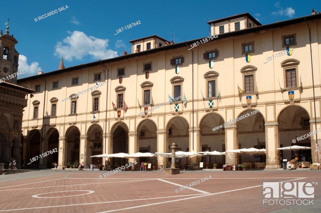 Stock Photo: Italy, Tuscany, Arezzo, Piazza Grande, Loggia del Vasari.