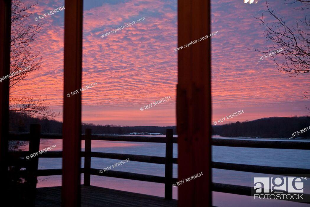 Imagen: View from indoors of winter scene.