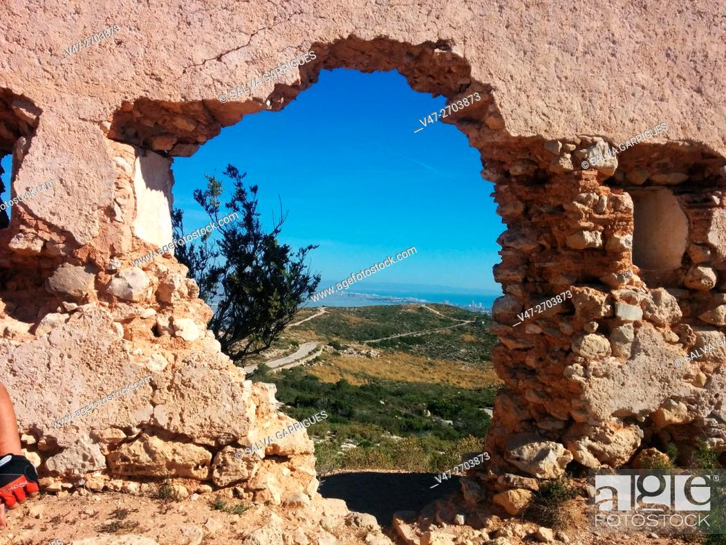 Imagen: Hole in a wall of old fort Cullera, Valencia, Spain, Europe.