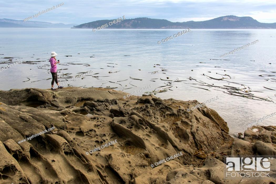Imagen: Woman on Seashore at Isle-De-Lis Marine Park, located on Rum Island, off Sidney, British Columbia, Canada.