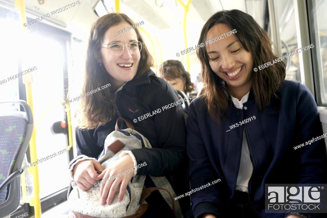 Imagen: women in bus enjoying daily life.