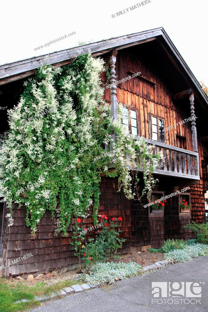 Imagen: facade of wooden building at Farmhouse Museum Lindberg, Bavarian Forest, Bavaria, Germany, Europe.