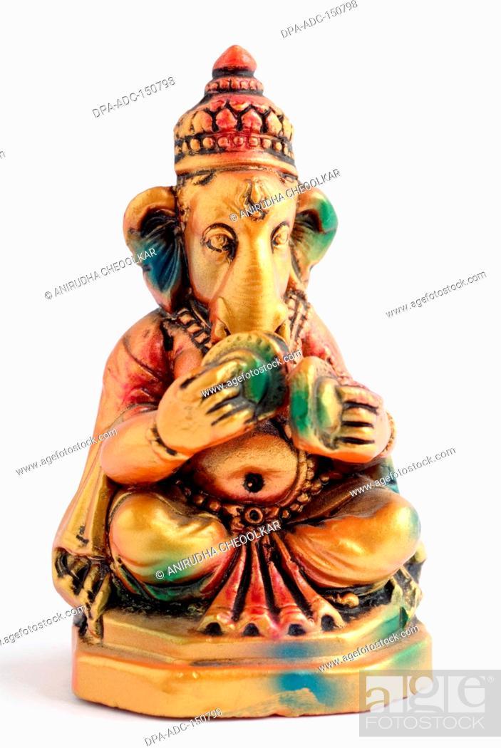 Imagen: Colourful statue of lord Ganesha elephant headed god playing zanja , India.