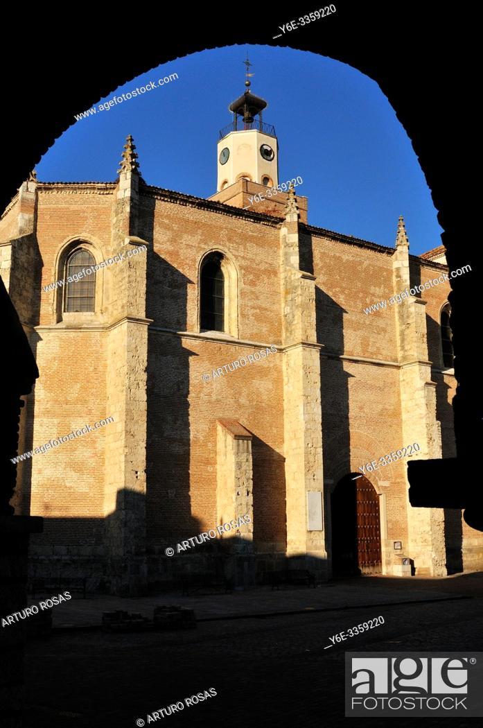 Stock Photo: Saint Mary la Mayor church from the arch of the town hall. Coca, Segovia. Spain.
