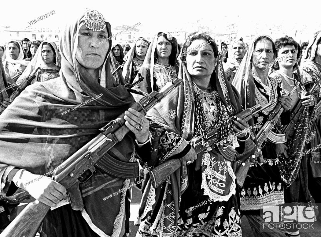Imagen: Afghan women village defense forces in traditional tribal costume carry Soviet AK-47's during a parade to mark the 10th anniversary of the communist revolution.