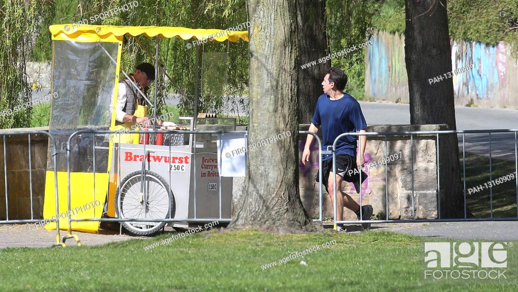 Stock Photo: firo: 04/10/2020 Easter 2020, Despite the curfew due to the Corona Virus, Covid 19 pandemic, a bratwurst stall on the Aasee in Mvºnster Wvºrtschen to go for.