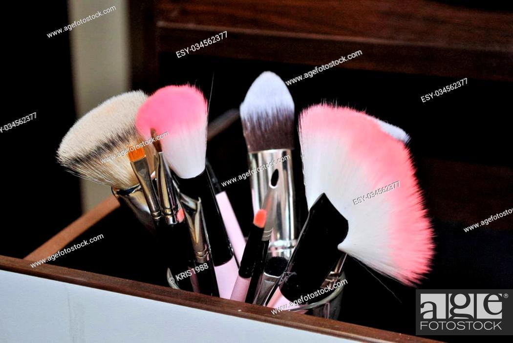 Photo de stock: Work in a beauty salon make-up artist.