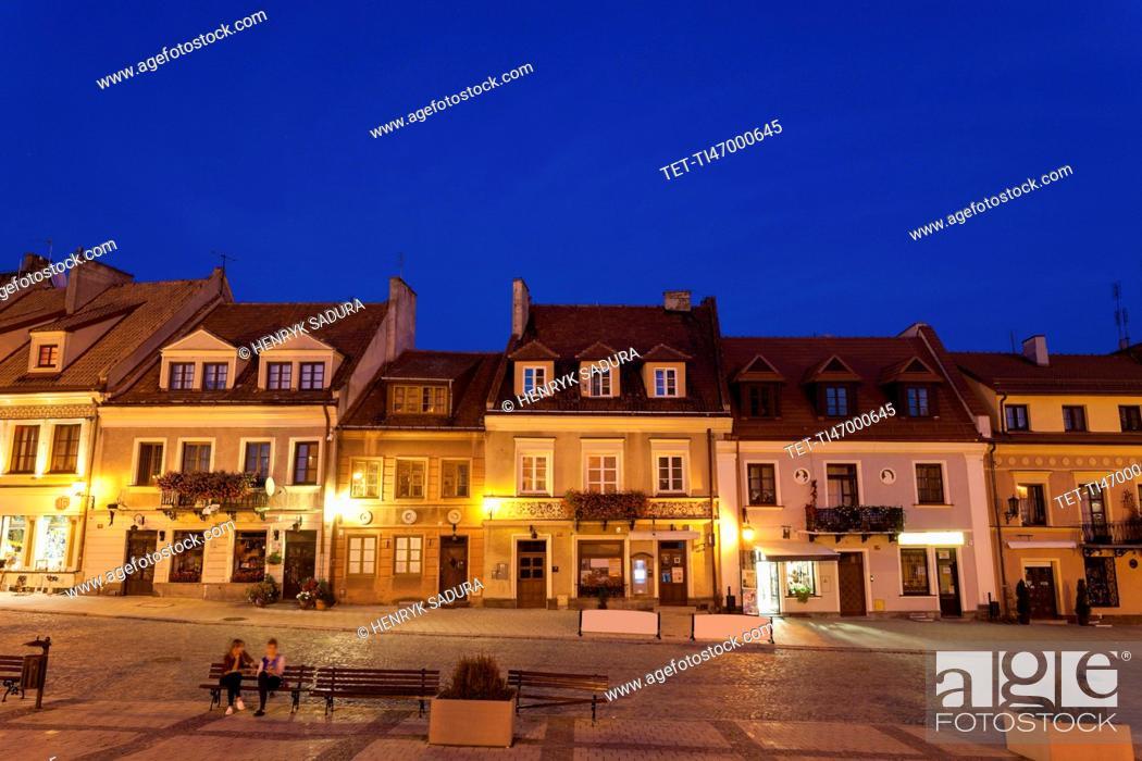 Imagen: Market square at night.