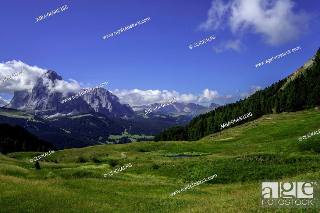 Imagen: Paraglider and Sassolungo, Santa Cristina, Gardena Valley, Odle, Dolomites, Italy.