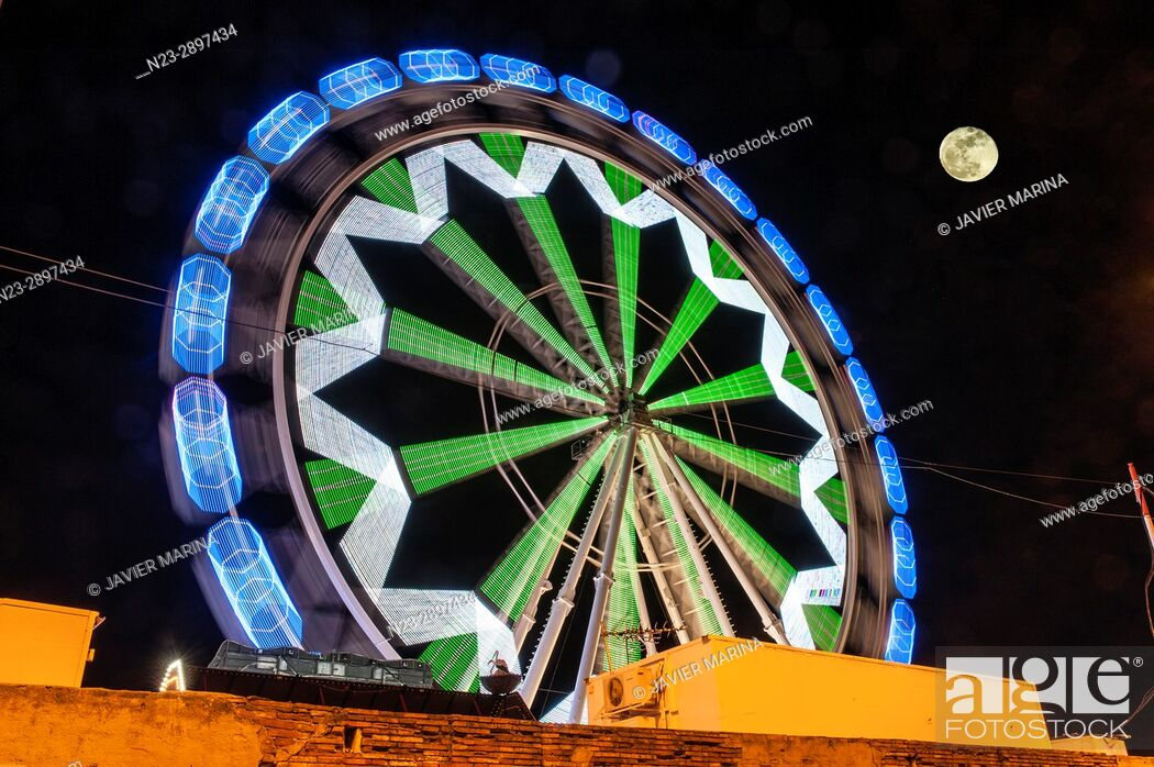 Imagen: Ferris wheel and moon at the fair in Valencia, Valencian Community, Spain.