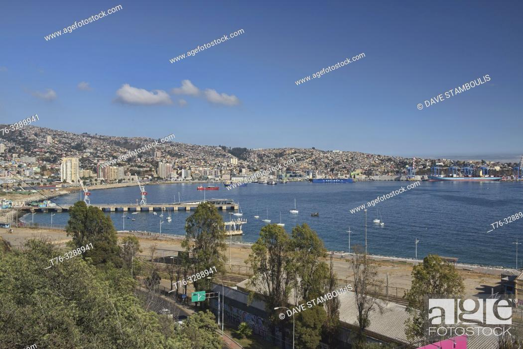 Imagen: View of the city and bay, Valparaiso, Chile.