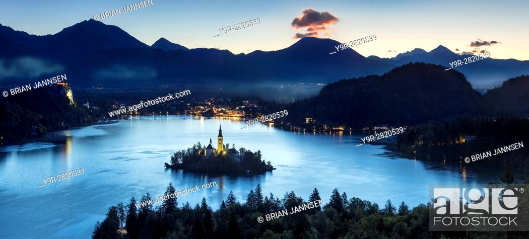 Imagen: Overhead view of Lake Bled with St Marys Church of the Assumption, Bled, Upper Carniola, Slovenia.