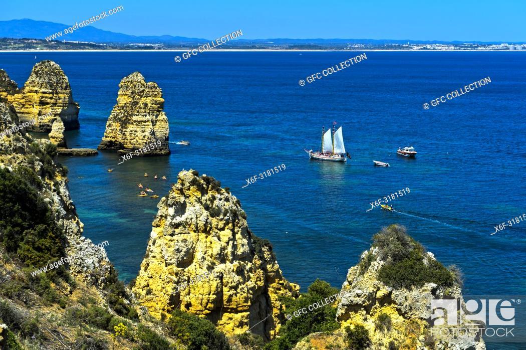 Photo de stock: Sailing boat off the Camilo beach, Praia do Camilo, Lagos, Algarve, Portugal.