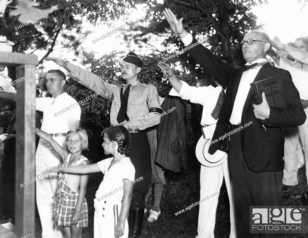 Imagen: Germans in America give the Nazi salute commemorating Paul von Hindenburg. August 1, 1937, at Camp Siegfried, near Yaphank, New York.