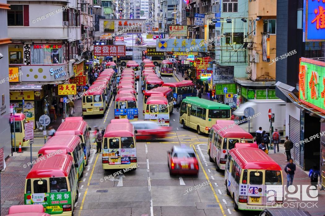 Stock Photo: Chine, Hong Kong, Kowloon, station de bus à Mong Kok / China, Hong Kong, Kowloon, Waiting buses in Kowloon.