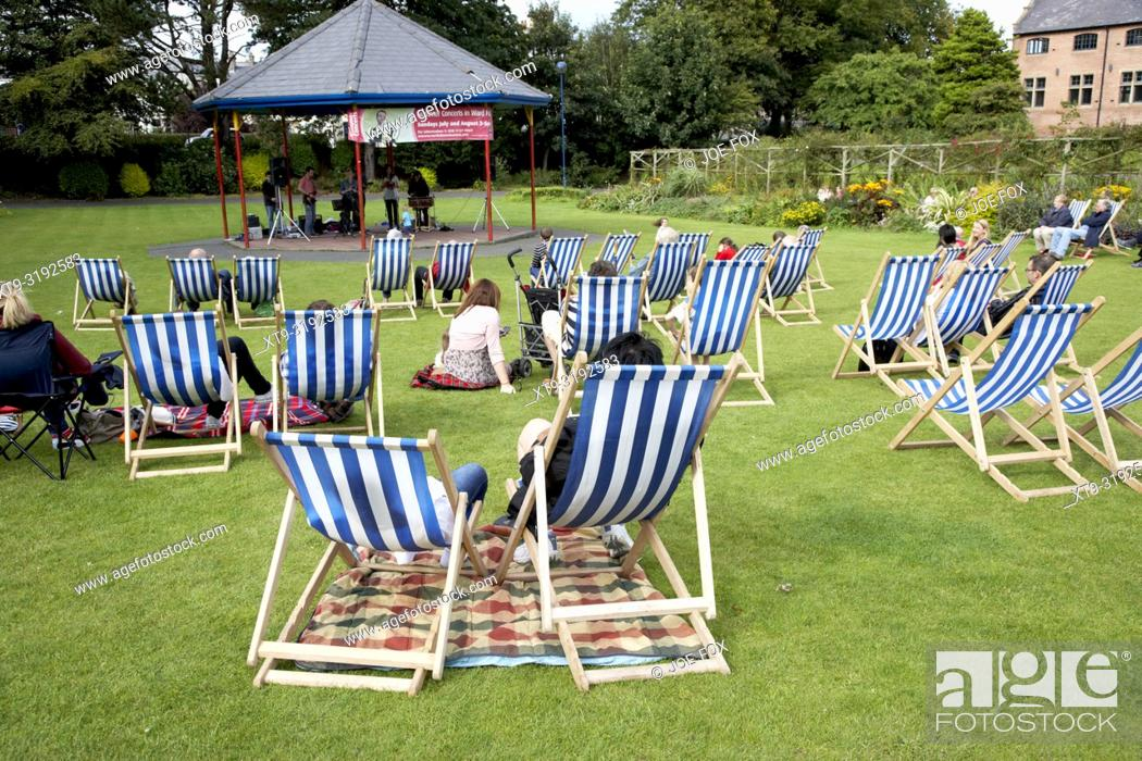 Imagen: empty deckchairs on the grass in a park at an outdoor summer event in the uk.