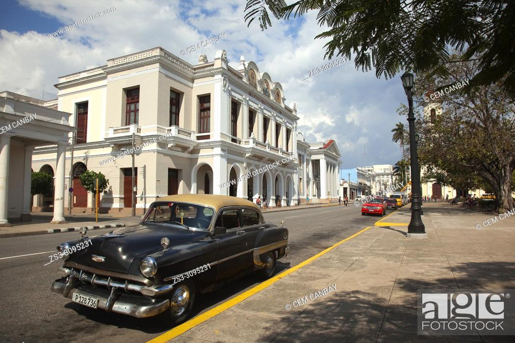 Imagen: Old American car in front of the Tomas Terry Theatre-Teatro Tomas Terry at Jose Marti Park in Plaza De Armas Square, Cienfuegos, Cuba, West Indies.